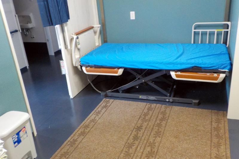 浴室の入り口にはベッド完備